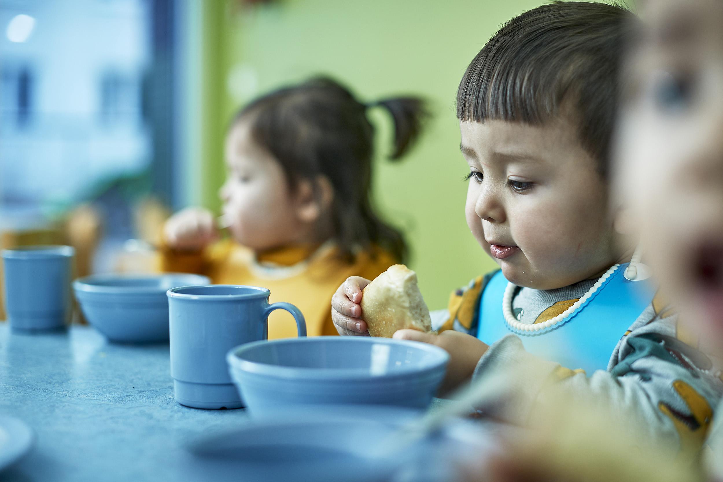 barn som har fått barnehageplass spiser måltid